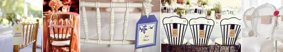 карточки для рассадки гостей на свадьбе, прикрепленные к стулям